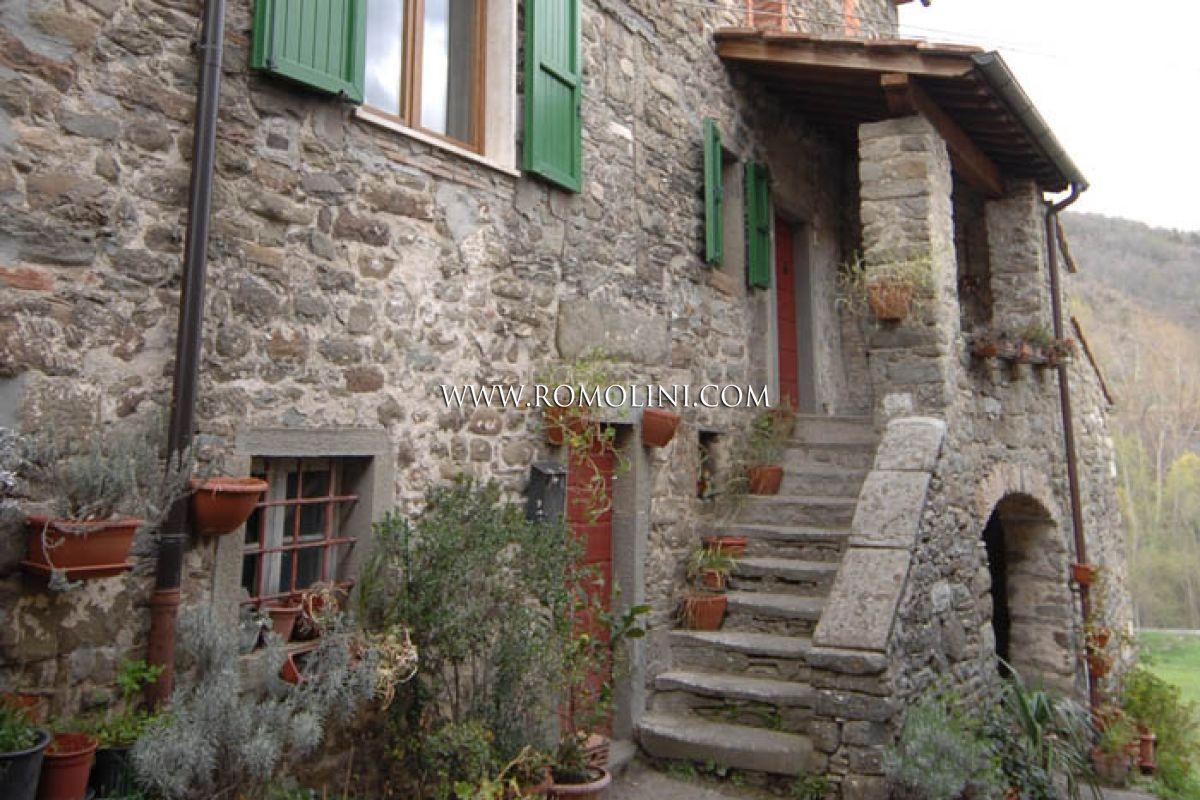 Rustico in pietra in vendita in toscana for Casali interni